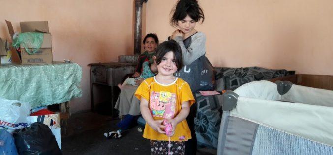 Jocurile copilăriei, la lumina unei lumânări. O familie cu șase copii de lângă Dej are nevoie de ajutor – FOTO