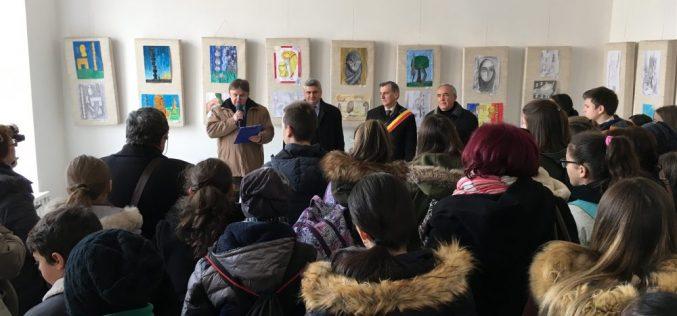Dej – Expoziție de artă plastică dedicată sărbătorii naționale Zilei Brâncuși – FOTO/VIDEO