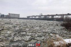 IMAGINI APOCALIPTICE la Mica! Podurile de GHEAȚĂ blochează cursul normal al Someșului – FOTO/VIDEO