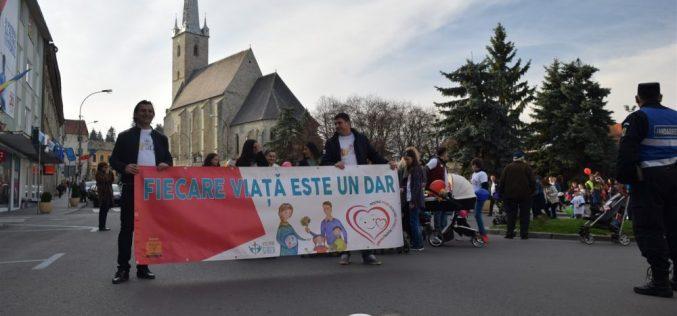 """""""Marșul pentru viață 2017"""" la Dej. Sute de persoane au mărșăluit astăzi pe străzile orașului – FOTO/VIDEO"""
