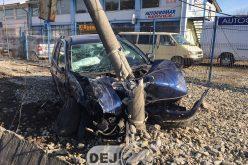 Accident la ieșire din Dej. Un stâlp a fost rupt, două mașini făcute praf – FOTO