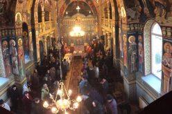 Credincioșii parohiei Bobâlna s-au închinat duminică la moaștele Sfântului Ierarh Nectarie – FOTO