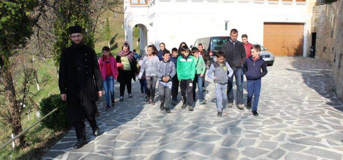 Elevii din Chiuiești, excursie la Mănăstirea Rohia – FOTO