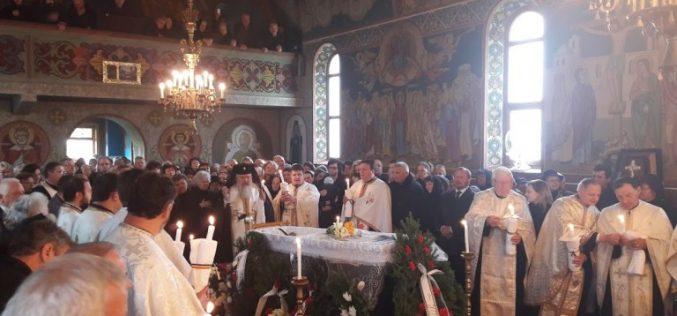 Părintele Vasile Revnic a fost condus ieri pe ultimul drum. Slujba, oficiată de ÎPS Andrei – FOTO