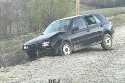Mașină avariată în partea din față, găsită pe marginea drumului care duce în Pintic – FOTO