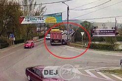 CAMERE SUPRAVEGHERE – Accident în Dej. Mașină strivită între un autocamion și stâlp – VIDEO