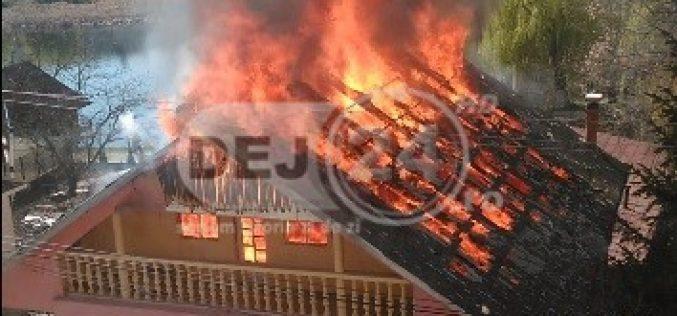 INCENDIU VIOLENT la o locuință din Dej! Mansarda unei case s-a făcut SCRUM – FOTO/VIDEO
