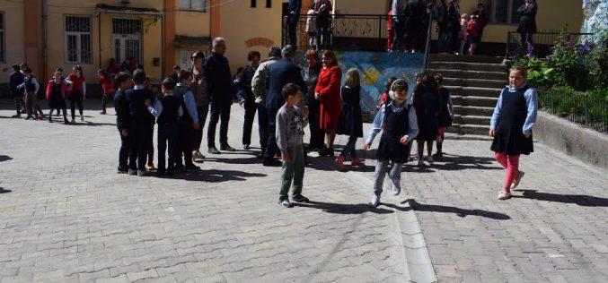 Clujul o ia înaintea Bucureştiului. Curţile şcolilor vor fi DESCHISE pentru copii în timpul vacanţei