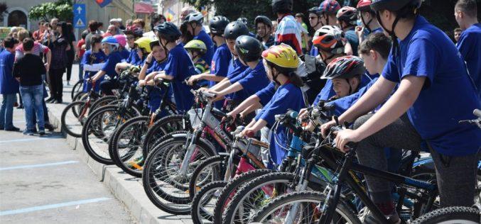 """""""Mersul pe bicicletă, un stil de viață sănătos"""", un real succes! Zeci de concurenți s-au întrecut în centrul municipiului Dej – FOTO/VIDEO"""