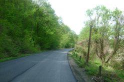 Frecție la picior de lemn! Un kilometru de drum între Nireș și Unguraș, asfaltat