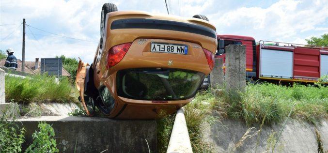 Accident spectaculos în Câțcău. O mașină a ajuns cu roțile în sus – FOTO/VIDEO