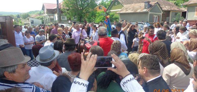"""""""… cu găina la nănaș"""", obicei tradițional de Rusalii, pus în scenă la Bogata de Jos – FOTO"""