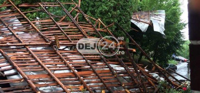 Furtuna FACE RAVAGII în Dej. Acoperișurile blocurilor, PRĂBUȘITE LA PĂMÂNT – FOTO/VIDEO