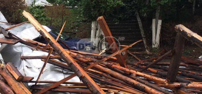Cluj | Persoană rănită, după ce a fost prinsă sub un acoperiș smuls de vânt