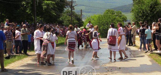 TRADIȚIE DE RUSALII – Împănatul Boului, în localitatea Mănăstirea – FOTO/VIDEO