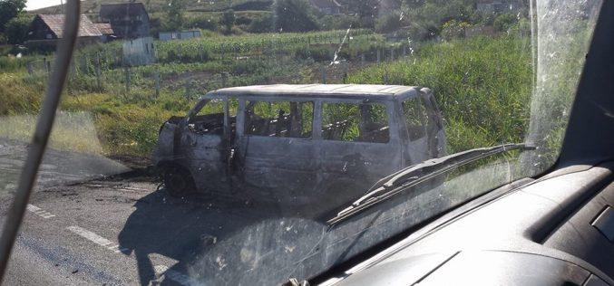 ACCIDENT cu trei mașini implicate la Apahida! Un microbuz a fost mistuit de flăcări – FOTO