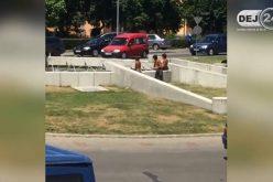 Mai mulți romi au făcut baie, din nou, în fântâna arteziană din centrul municipiului Dej – VIDEO