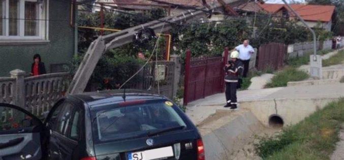 ACCIDENT la Câțcău! Un autoturism s-a izbit violent de un STÂLP – FOTO