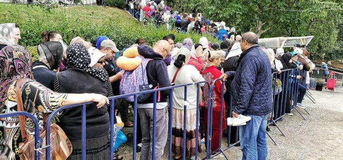 Peste 25.000 de pelerini stau la coadă pentru a se ruga la Mănăstirea Nicula – FOTO