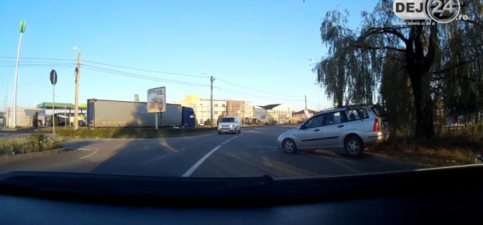 DEJ | Ziua și ACCIDENTUL în intersecția buclucașă de la OMV! Două mașini au fost serios avariate – VIDEO