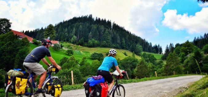 Doi clujeni străbat cu bicicletele 1.800 de km pentru a organiza o tabără pentru copiii cu probleme grave de sănătate