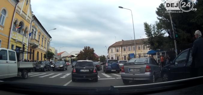 """Varză a la Dej sau cum se """"gâtuie"""" traficul când ies elevii de la școală – VIDEO"""