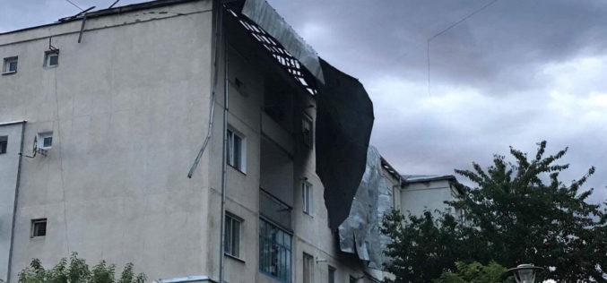 DEZASTRU în Dej după FURTUNĂ. Zeci de acoperișuri și mașini afectate de URGIE – FOTO/VIDEO